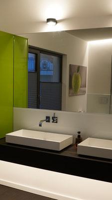 Licht fürs Bad aus versteckten Lichtlinien für die Grund- /Ambientebeleuchtung und abgeblendeter Spiegelbeleuchtung