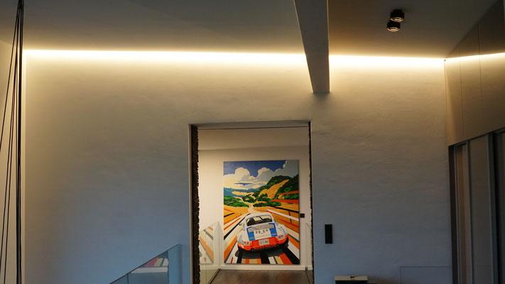 Die am Übergang der Wand / Decke versteckte Lichtlinie spendet, je nach Dimmeinstellung Allgemein- oder Ambientelicht