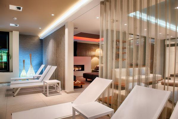 Individuell einstellbare Grund-und Akzentbeleuchtung in der Erd-Lounge (mit Blick auf Wasser- und Feuer-Lounge)