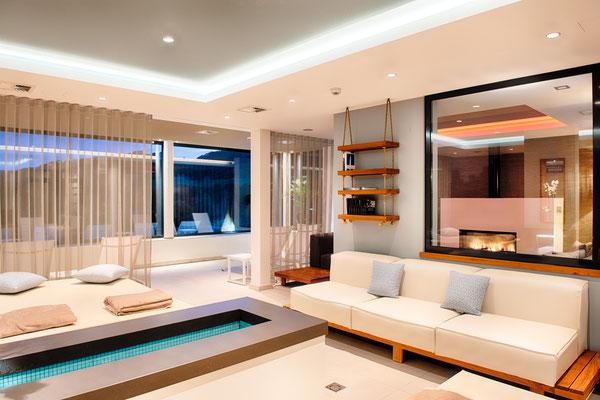 Individuell einstellbare Grund-und Akzentbeleuchtung in der Wasser-Lounge (mit Blick auf Feuer- und Erd-Lounge)