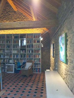 Indirekte Bleuchtung in einer  Galerie in einer umgebauten Scheune, Berndorf / Eifel