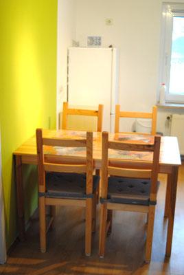 Küche Sitzgruppe im Hintergrund Kühl und Gefrierkombi
