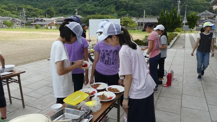 夕方からは飯盒炊爨に挑戦!慣れない火おこしや調理に悪戦苦闘していましたが、グループで協力しながらカレーを作り上げました。苦労して作ったカレーは格別だったと思います。