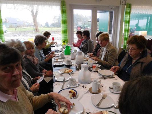 Landfrauen beim Frühstücken