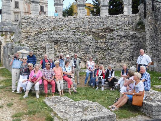 Gruppenfoto der LandFrauen und Gäste im Amphitheater Pula