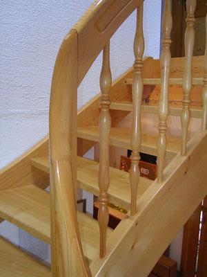 Halbgewendelte Treppe mit runder Wechselsäule, die im oberen Abschluss als Handlauf weiterläuft. Stufen in Esche, Wangen und Geländer in Fichte