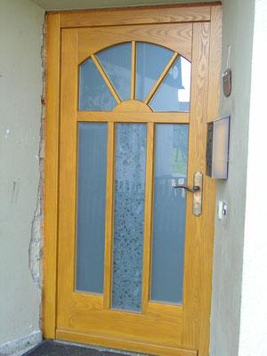 Moderne Türgestaltung mit satinierten Gläsern und mit massiv bronzenem Drücker, Ausführung in Esche