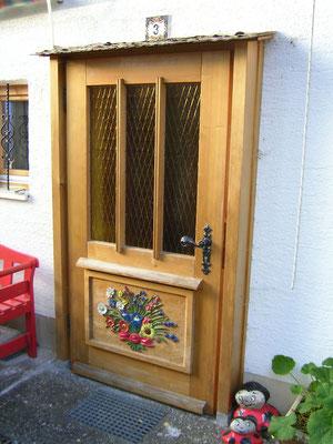 Vorsatz-Haustüre nach altem Vorbild, Füllung mit Allgäuer Blumenwiesenstrauß