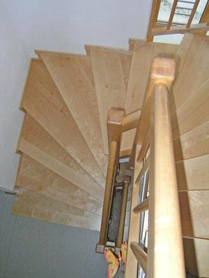 Betontreppe mit Holzstufen und Geländer mit Edelstahl-Applikation