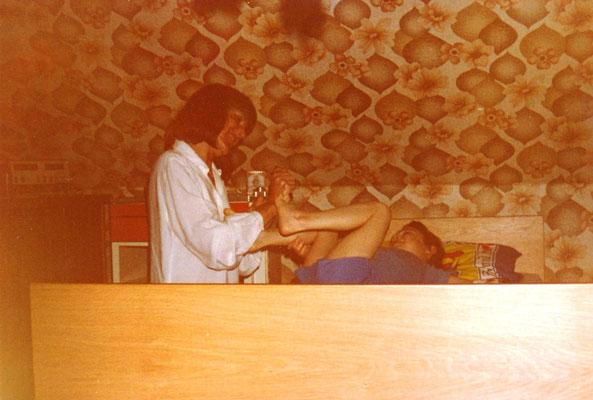 Schwester Antje bei der Heimdialyse