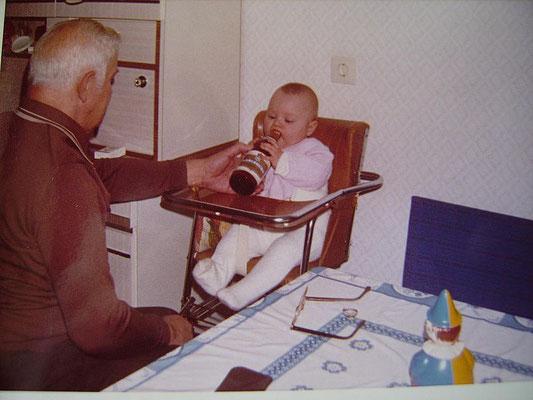 Mein Opa Paul beim Fläschchen geben.