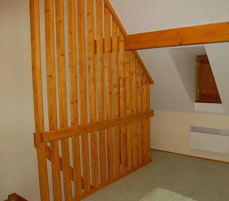 Garde-corps intérieur du sol au plafond.