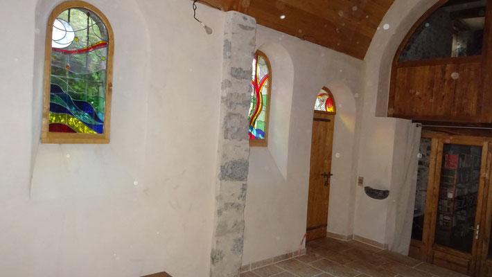 Porte intérieure vitrée , porte extérieure et châssis Châtaignier avec vitraux intégrés. Consultez le site de notre partenaire  http://www.atelier-vitrail-delois.fr