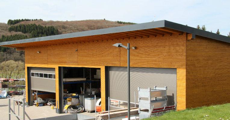 Halle in Holzständer Bauweise mit Holzfassade