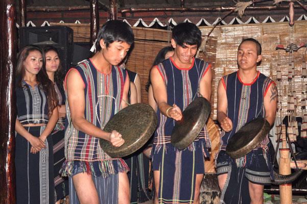 Spectacle donné par la tribu des Lat (Vietnam)