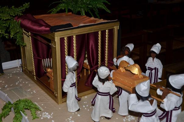 Les lévites transportent l'arche de l'alliance dans la tente de la rencontre (exposition dans l'église de Weil am Rhein, novembre 2014)