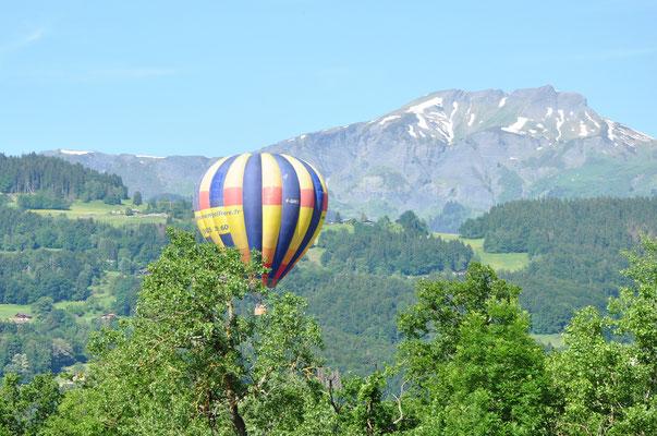 Montgolfière dans le ciel de la Savoie