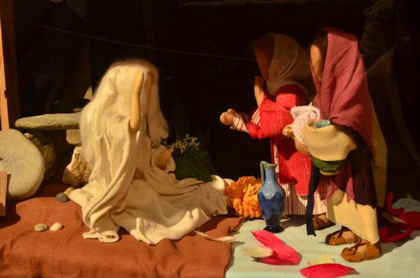Les femmes découvrent un ange devant le tombeau vide  (exposition à la collégiale St-Martin à Colmar, décembre 2017)