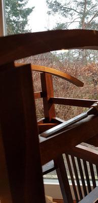 Der Radius der Schaukelstuhlkuve wird auf die Stuhlbeine übertragen.