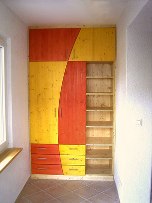 Garderobenschrank aus Fichtenholz-Dreischichtplatte, mit Schubkästen und Türen