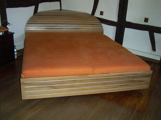 Bett mit ungewöhnlichem Kopfteil, Kernbuche mit Metallakzenten