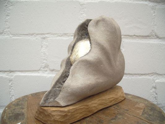 """""""Fund"""" - 27x20x9cm, Sandstein, Silber, Eichesockel"""