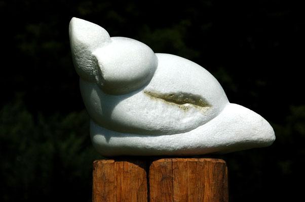 """Verpuppung"" - 2007, Marmor, Weißgold, geschnitzter Eichensockel, Freundeskreis Westfalenpark, Skulpturengarten"