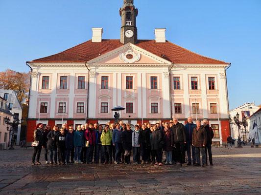 Vor dem Rathaus in Tartu, Estland