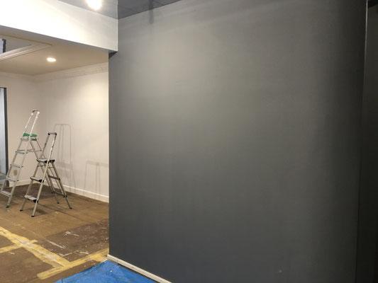 入り口の壁もグレー