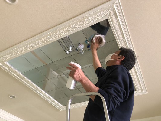 シャンデリアが付いてた天井を磨く 輝きが戻ってきた