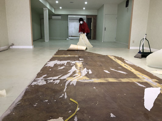 床のクッションフロアをはがす
