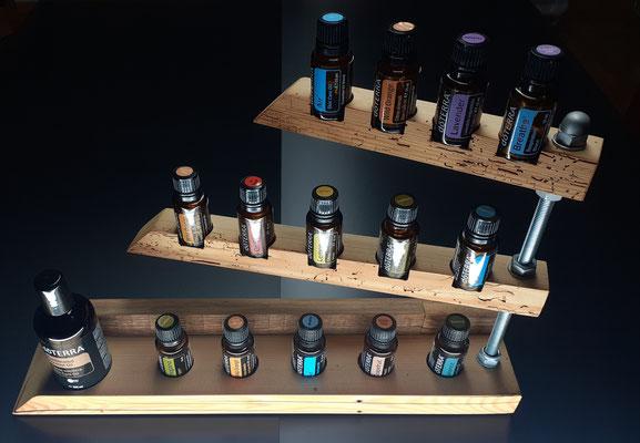 Nr. 10 Aufsteller und Aufhänger 14 Lochbohrungen für 15 ml Flaschen, und 1 Loch für Fractionated Oil, drehbar, aus 200 jährigem Balken 43 cm x 8 cm x 26 cm höhe Fr. 180.00