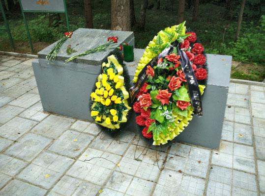 Венки, возложенные к памятнику