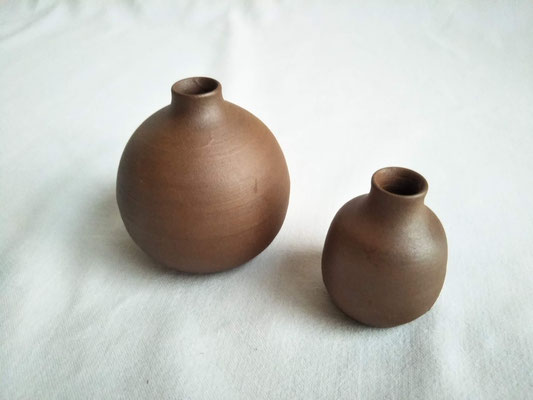 ミニ壺 (左)間口φ1.5cm / 底φ6.0cmx高さ6.5cm 1320円・(小)間口φ1.5cm / 底φ3.5cmx高さ5.0cm 825円