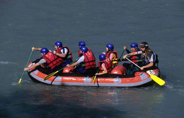 46 - Touristen auf einem Schlauchboot
