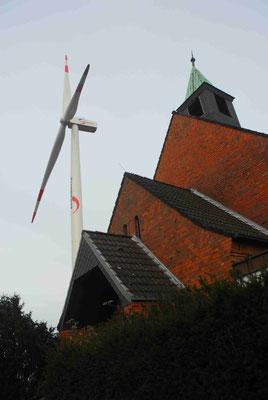 102 - Windrad, Eurogate, Bremerhaven, hinter Kirche, Museum der 50er Jahre