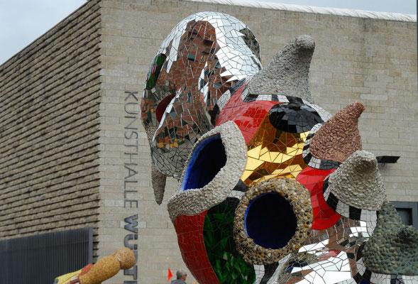 14- Niki de Saint Phalle Plastik mit Schwäbisch Hall  im Hintergrund