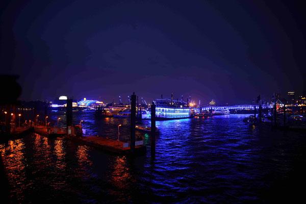 58 - Hamburg feiert blue port und die Stadt, der Hafen, die Kreuzfahrtschiffe erstrahlen in blauem Licht.