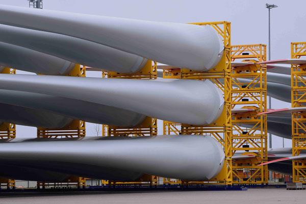 123- Rotorblätter liegen in Bremerhaven bereit zum Abtransport für die Errichtung neuer Windparks