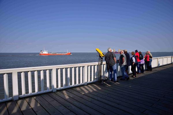 33 - Gäste auf der Aussichtsplattform in Cuxhaven - die Alte Liebe
