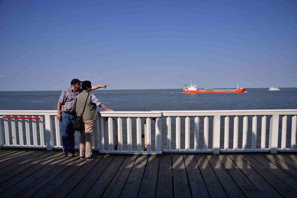 32 - Zuschauer auf der Alten Liebe in Cuxhaven