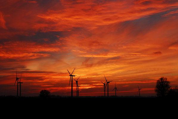 9-  Windrad, Windkraftanlage, Windpark, Windkraft, Windgenerator, Windpark Oederquart, Dämmerung, Niedersachsen, Ökostrom, Sonnenuntergang