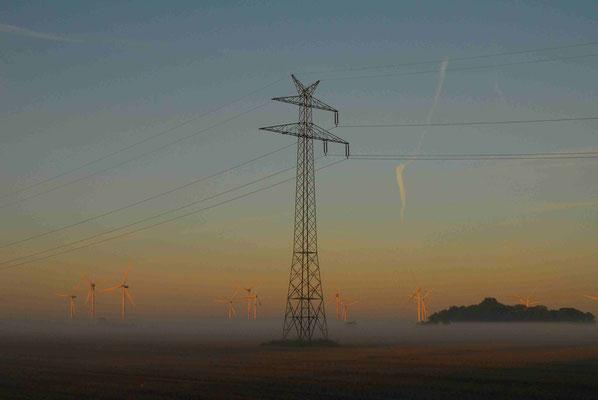 37- Windrad, Windkraftanlage, Windkraft, Windgenerator, Ökostrom,  Windpark Oederquart, Dämmerung, Nebel, neblig