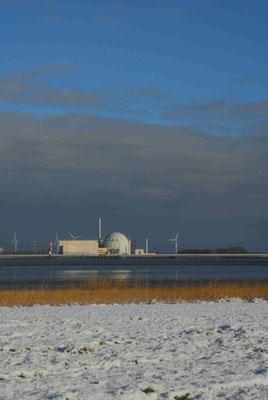 60 - Windrad, Windkraftanlage, Windkraft, Windgenerator, Ökostrom,  AKW, Atomkraftwerk, Kernkraftwerk, Winter, Schnee, verschneit, Elbe