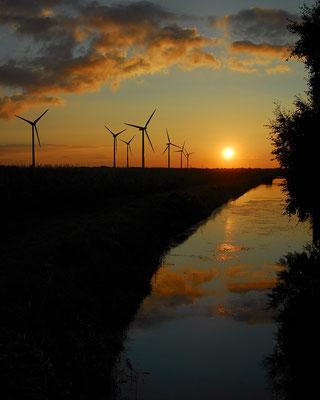 7- Windrad, Windkraftanlage, Windpark, Windkraft, Windgenerator, Windpark Oederquart, Dämmerung, Spiegelung, Niedersachsen, Ökostrom