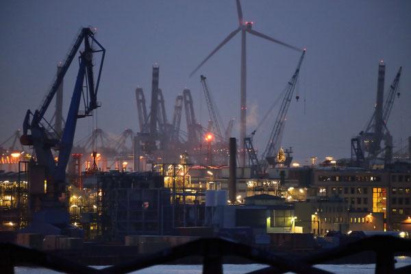 20- Windrad, Windkraftanlage, Windkraft, Windgenerator, Ökostrom, Hamburg, Hafen, blaue Stunde