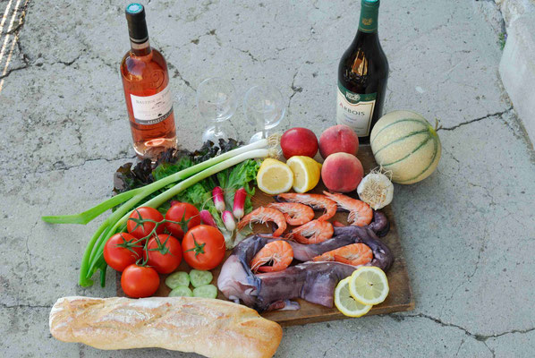 55- Potpourrie aus Leckereien, Frankreich, Wein, Gemüse, Melone Baguette