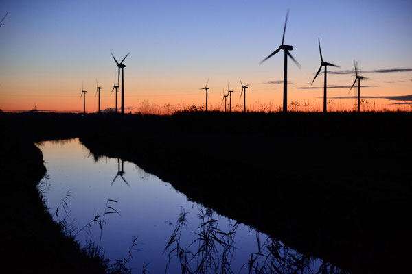 3- Windrad, Windkraftanlage, Windpark, Windkraft, Windgenerator, Windpark Oederquart, Dämmerung, Äkostrom
