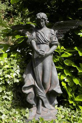 37- Engelfigur aus Park an der Mosel