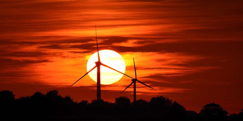 142 - Windrad vor untergehender Sonne mit romantischem Sonnenuntergang.